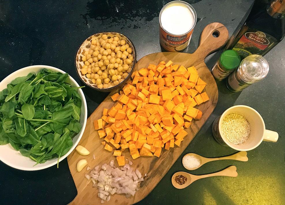 Kari sa leblebijama, slatkim krompirom, spanaćem i kokosom