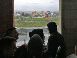 Uprkos zabrani navijali sa zgrade